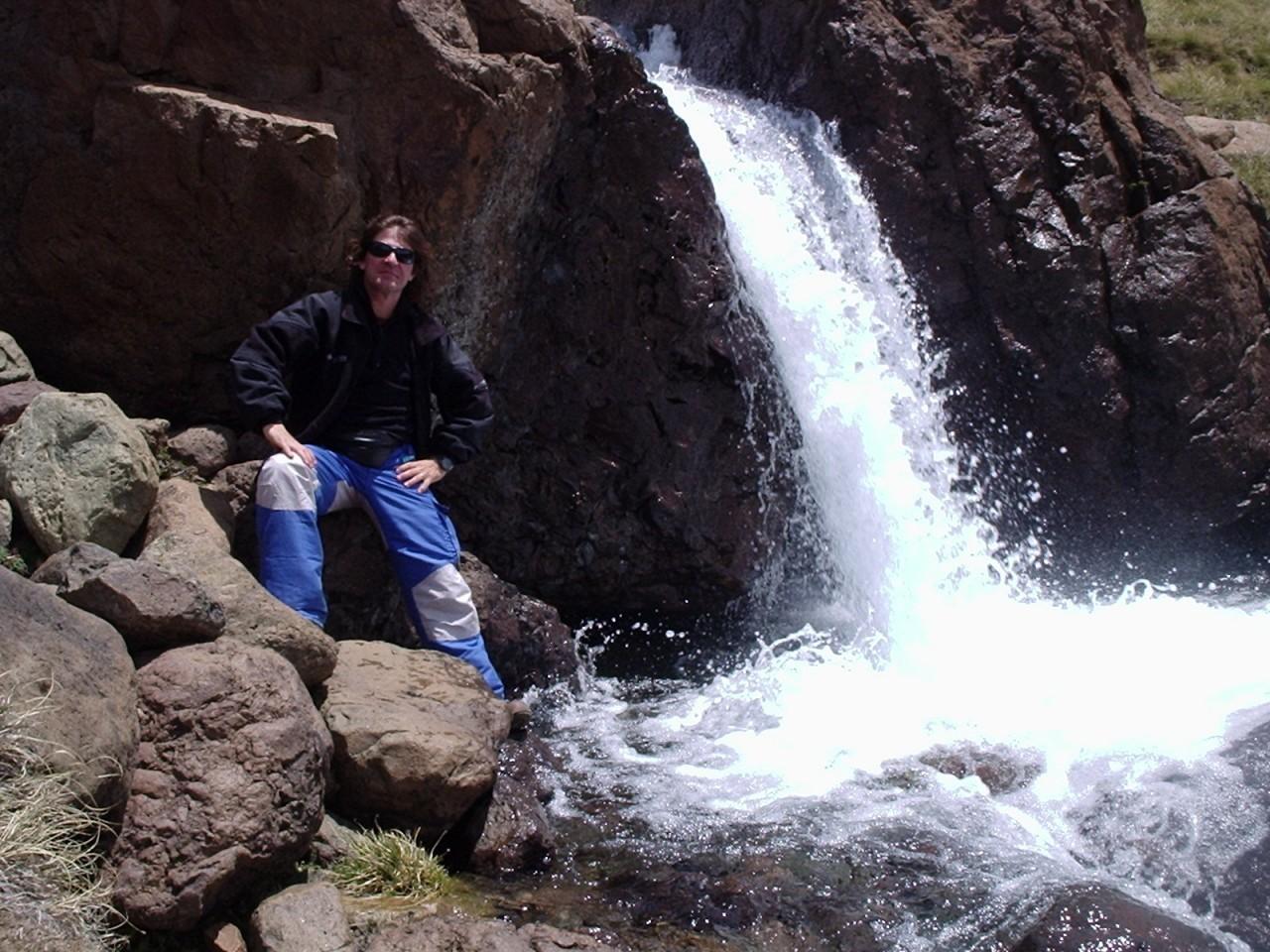 Alejandro junto a un salto en el arroyo Guayapa
