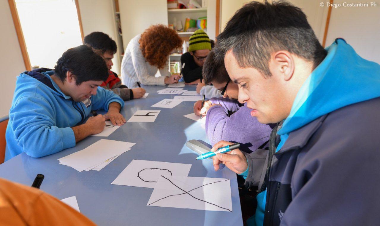 Jovenes de Puentes de Luz, dibujando los numeros para las pecheras del tetratlon de Chapelco 2016 DAC_3565